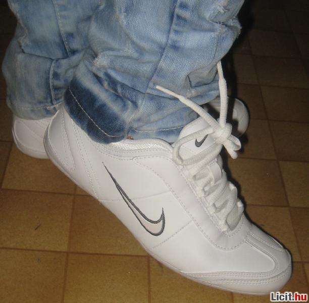 c87eb5f028 Licit.hu EREDETI Nike Alexi női utcai cipő (38) Az ingyenes aukciós ...