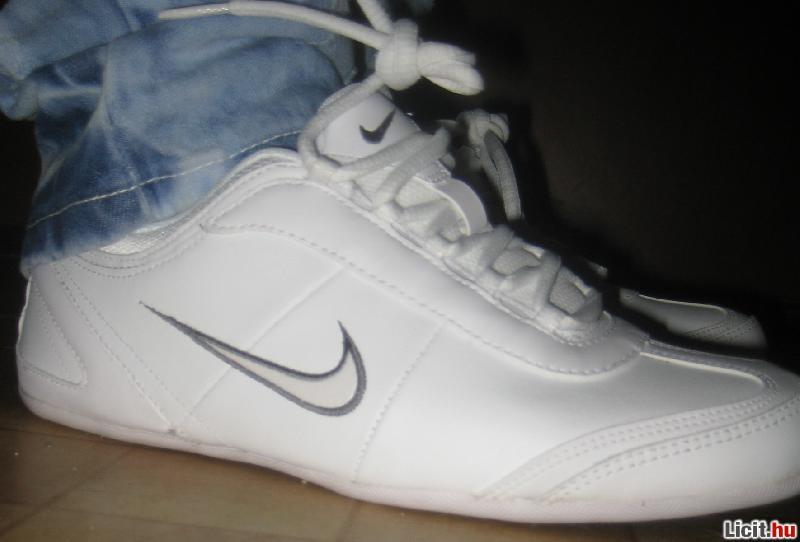 Licit.hu EREDETI Nike Alexi női utcai cipő (38) Az ingyenes aukciós ... 9680e3299f
