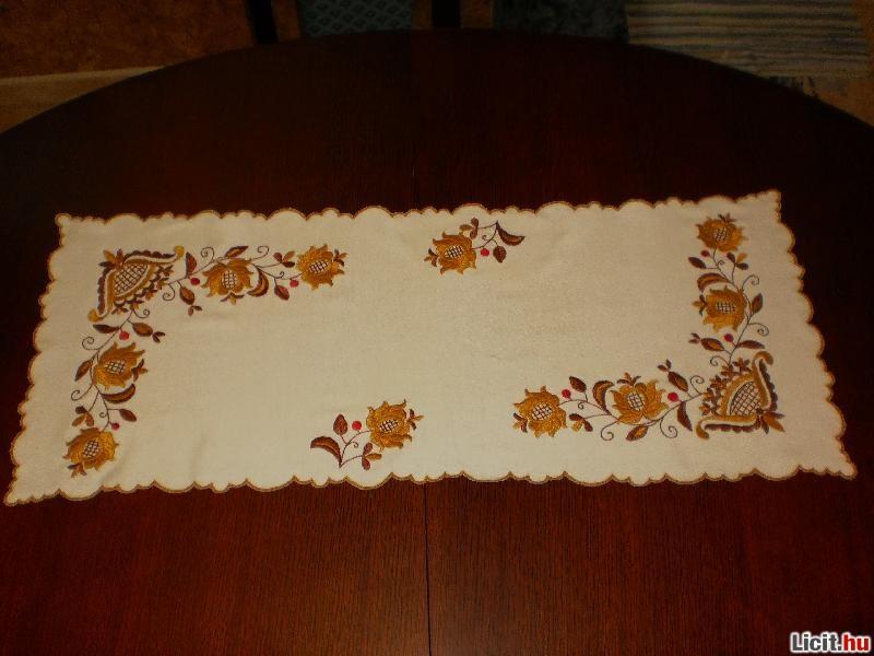 ed423f6026 Licit.hu Kézzel hímzett asztalterítő, 33 x 85 cm Az ingyenes aukciós ...