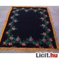 Fekete hímzett rojtos asztalterítő