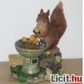 Eladó Új, napelemes világító, mogyorót sütögető mókus. Szuper édes, a kertbe